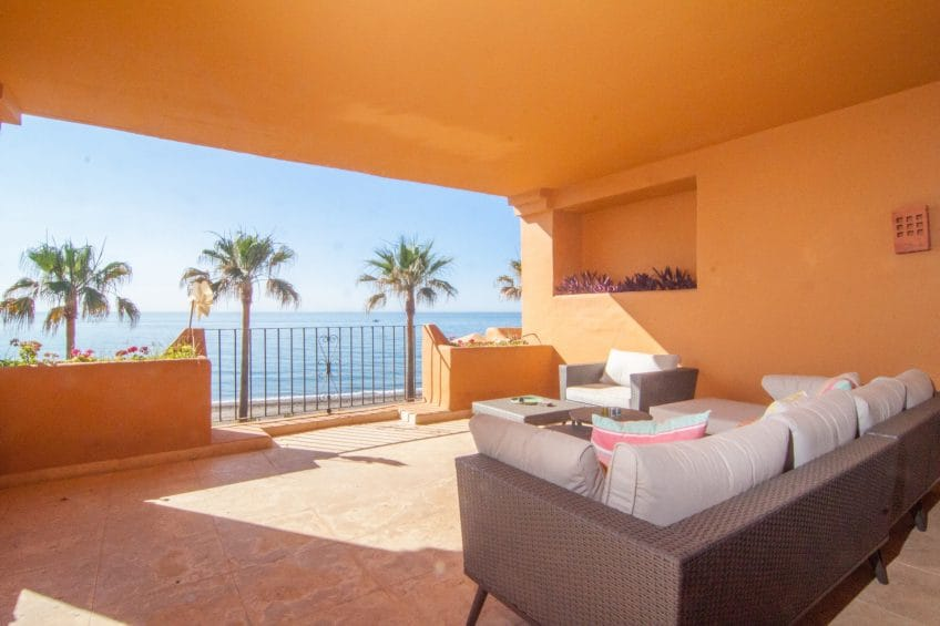 Frontline beach apartment in Los Granados del Mar, Estepona
