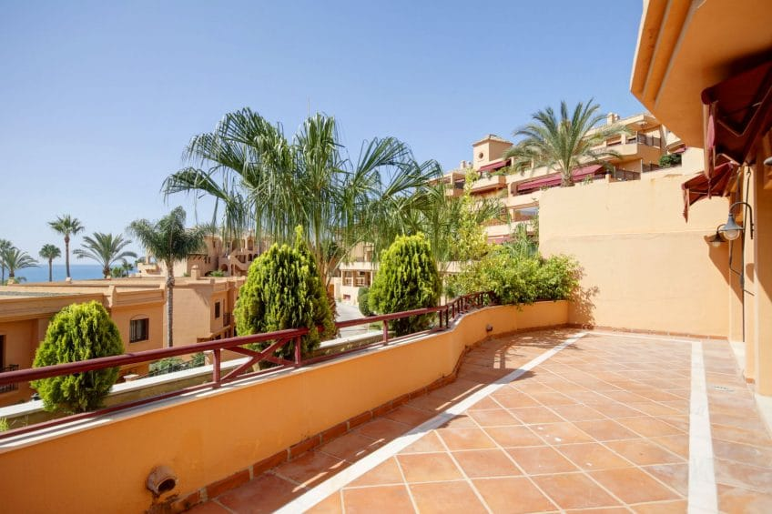 Frontline beach apartment in Riviera Andaluza