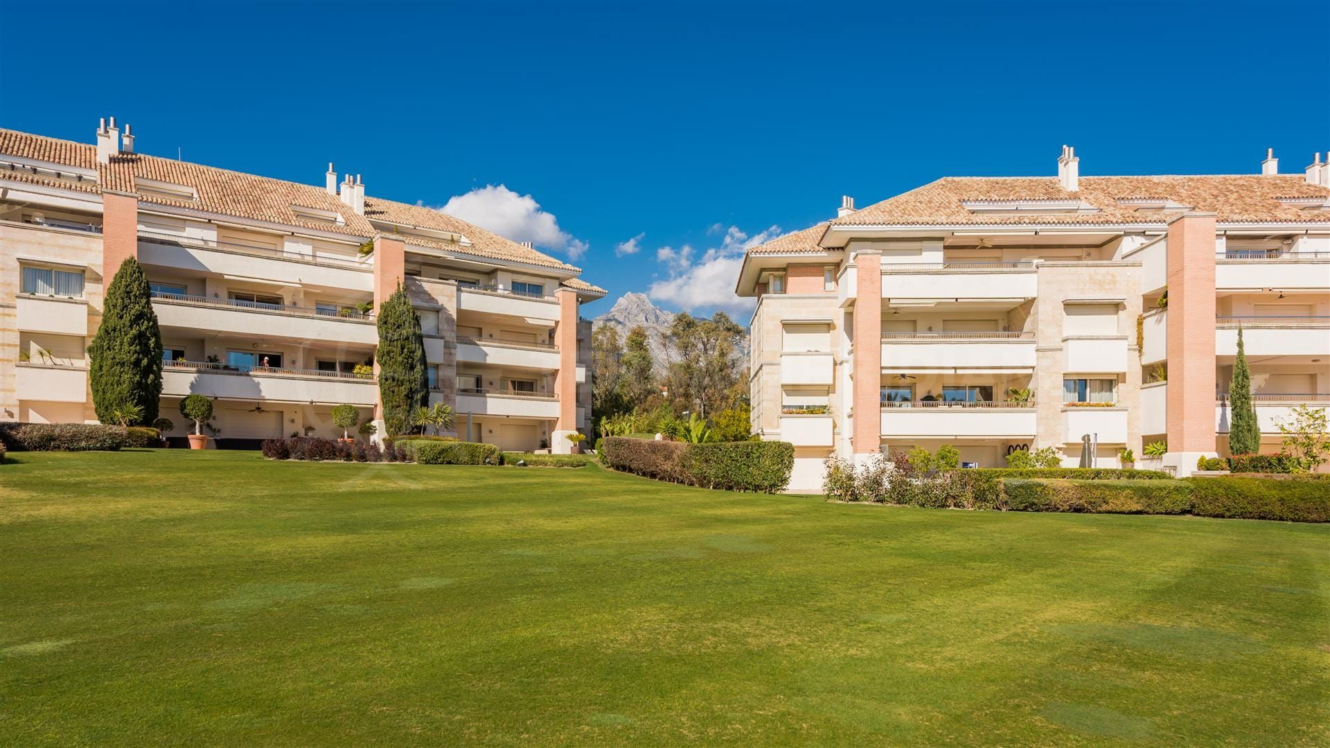 Luxurious Marbella apartment in exclusive La Trinidad urbanisation on the Golden Mile