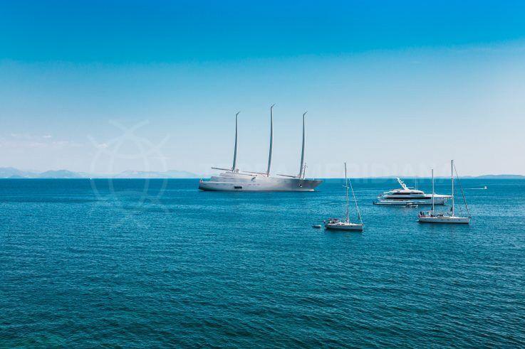 Súper yates de élite compitiendo por el prestigio en Puerto Banús