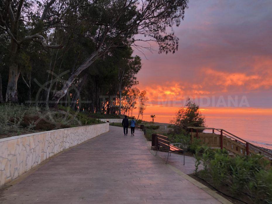 Un nuevo tramo del paseo litoral conecta a Estepona