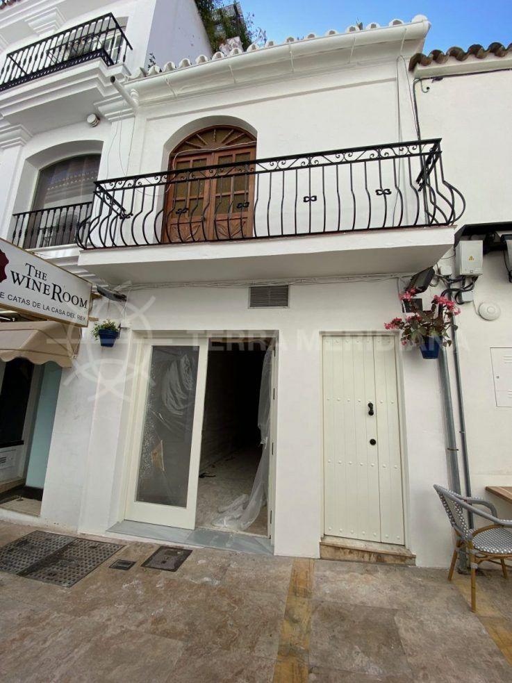 Fase 2 – Colocación de nuevas puertas y ventanas, suelos, enlucido de paredes y preparación para pintar